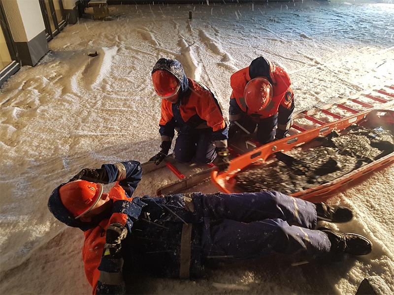 Die Jugendfeuerwehr übt die Eisrettung auf einer verschneiten Terrasse