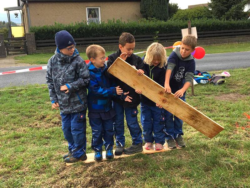 Die Kinderfeuerwehr bei einer Teamwork-Übung